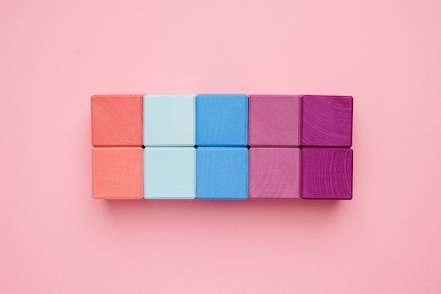 Kleurrijke houten kubussen. creativiteit speelgoed. bouwstenen voor kinderen