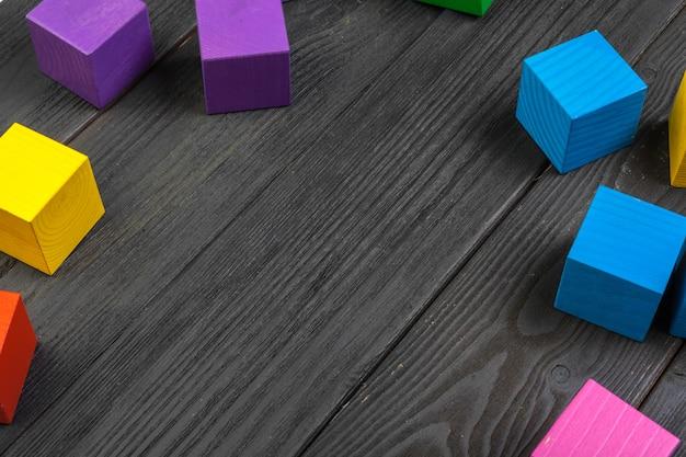 Kleurrijke houten kubussen op houten tafel