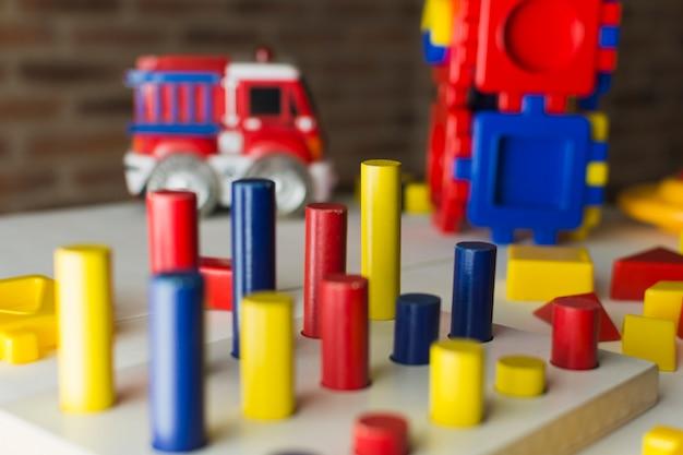 Kleurrijke houten peg solitaire puzzel