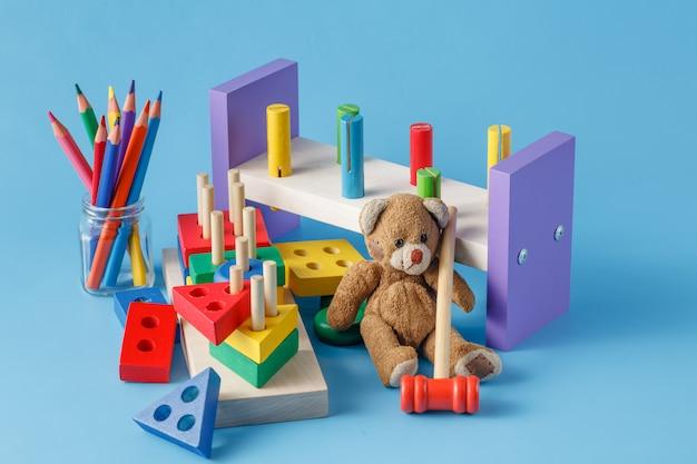 Kleurrijke houten stuk speelgoed bouwstenen