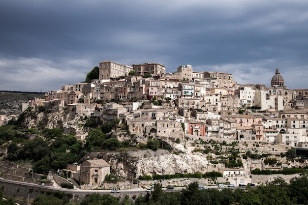 Kleurrijke huizen en straten in het oude middeleeuwse dorp ragusa in sicilië, italië