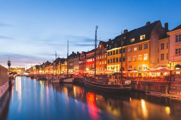 Kleurrijke huizen in de oude stad van kopenhagen bij nacht