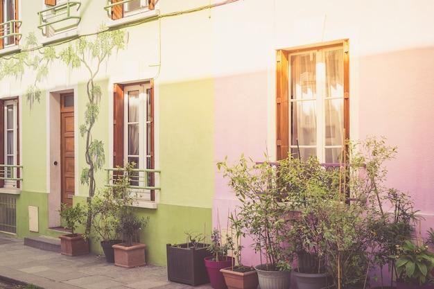 Kleurrijke huizen in parijs, frankrijk.