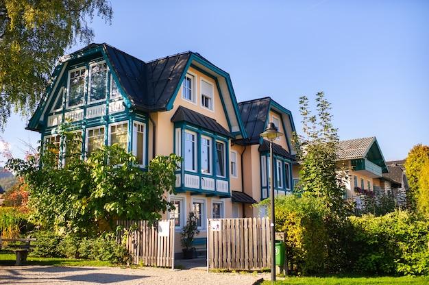 Kleurrijke huizen langs de straat van de stad salzkammergut in oostenrijk