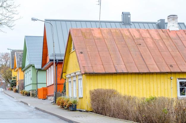 Kleurrijke huizen op straat in de voorsteden