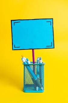 Kleurrijke ideeënpresentatie, frisse gedachten weergeven, bericht verzenden, etiketteringsmateriaal, identificatielabeldisplay, schrijfspullen, kantoorcollecties notities potlood