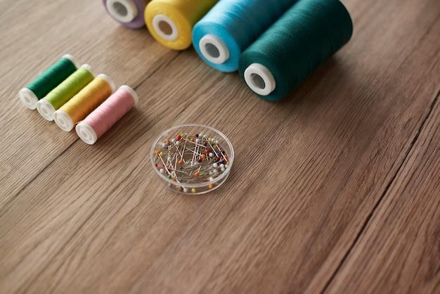 Kleurrijke items op de tafel van de kleermaker