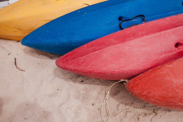 Kleurrijke kajaks op strand
