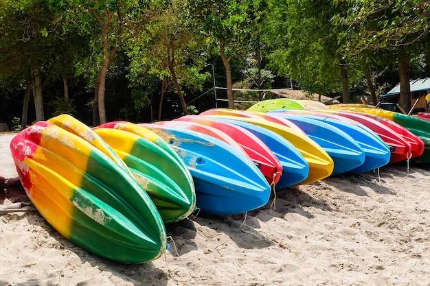 Kleurrijke kano op het strand.