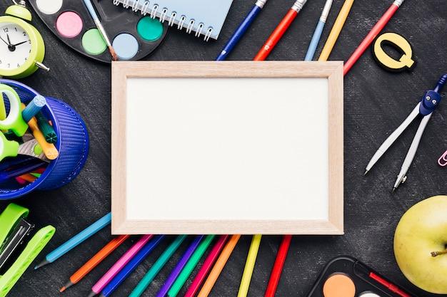 Kleurrijke kantoorbehoeften met houten tablet
