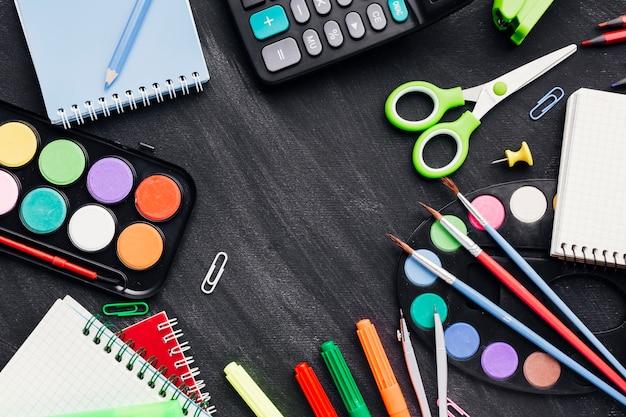 Kleurrijke kantoorbehoeften voor het creëren van kunst en werk op een grijze achtergrond