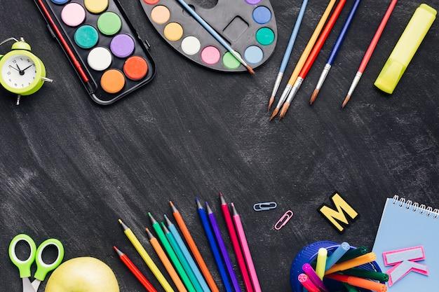 Kleurrijke kantoorbehoeften voor het schilderen op donkere achtergrond