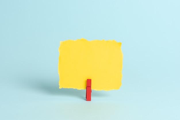 Kleurrijke kantoorbenodigdheden, lichte werkplekspullen, werkplaatsmaterialen, ideeën voor werkarchivering, etiketteringsobjecten, papieren materiaal, stationaire verzamelingen, balpen