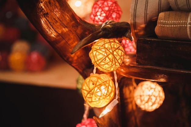 Kleurrijke katoenen bal gloeilampen met bokeh achtergrond.