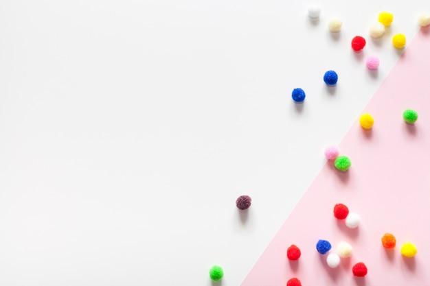 Kleurrijke katoenen ballen met exemplaar ruimteachtergrond