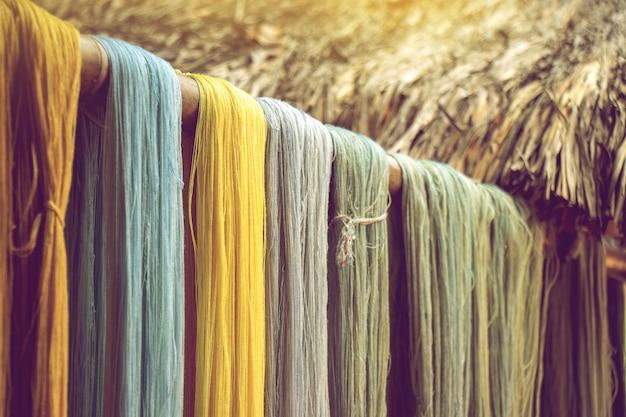 Kleurrijke katoenen draad van natuurlijke kleurstof droogt binnenshuis drogen