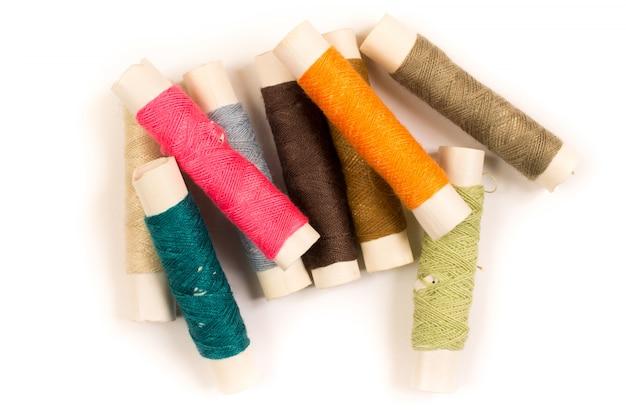 Kleurrijke katoenen garens op rollen voor het naaien. draadspoelen gebruikt in de textiel- en textielindustrie
