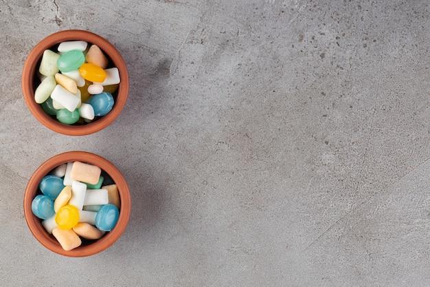 Kleurrijke kauwgom op een stenen tafel.