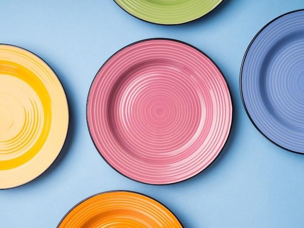 Kleurrijke keramische gerechten. plat leggen