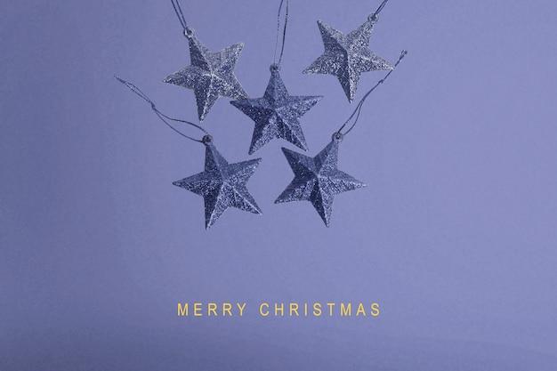 Kleurrijke kerst versiering op een gekleurde achtergrond. vrolijk kerstfeest