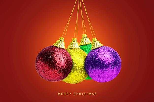 Kleurrijke kerstbal opknoping met een gekleurde achtergrond. vrolijk kerstfeest