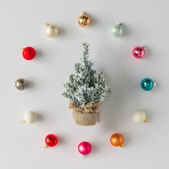 Kleurrijke kerstballen decoratie met kerstboom. plat leggen. vakantie concept.