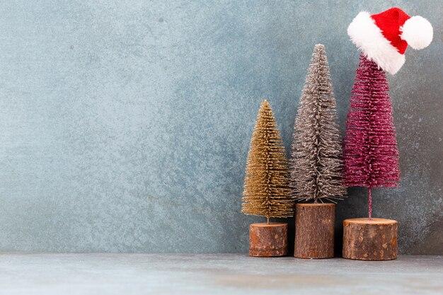 Kleurrijke kerstboom op blauwe achtergrond