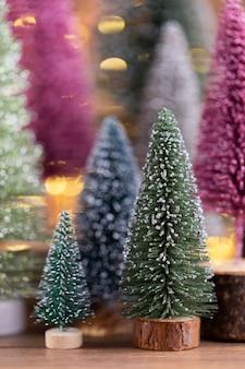 Kleurrijke kerstboom op houten, bokeh achtergrond. kerst vakantie viering concept. wenskaart.