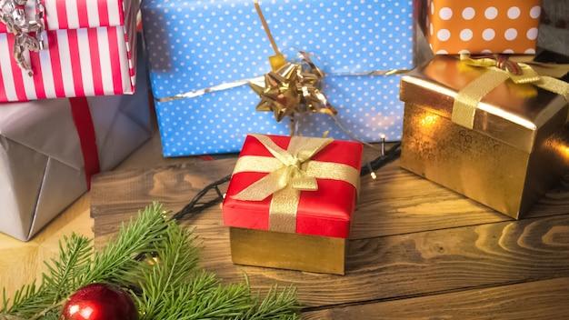 Kleurrijke kerstcadeaus en aanwezig op houten achtergrond. perfect beeld voor vakanties en winterfeesten