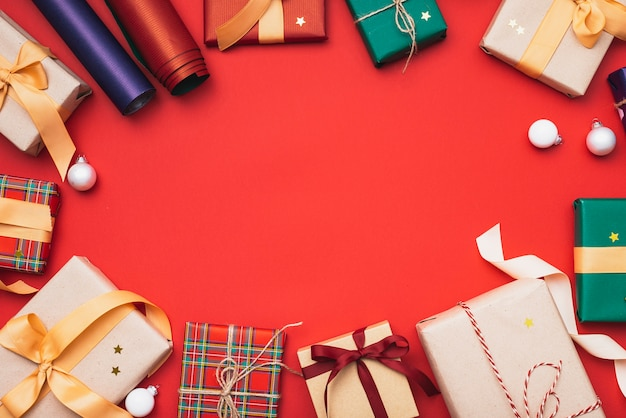 Kleurrijke kerstcadeaus met inpakpapier en bollen