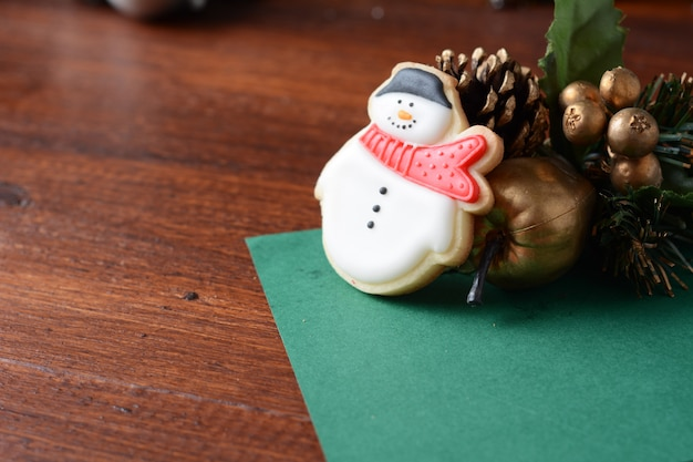 Kleurrijke kerstkoekjes met feestelijke decoratie