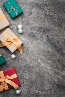 Kleurrijke kerstmisgiften op marmeren achtergrond met exemplaarruimte