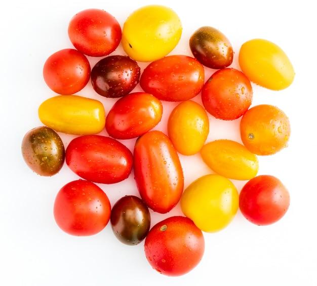 Kleurrijke kerstomaten (rood, granaat en geel), vers en rauw.