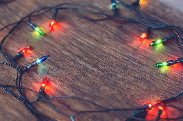 Kleurrijke kerstverlichting over donker hout