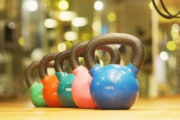 Kleurrijke kettlebells in de sportschool