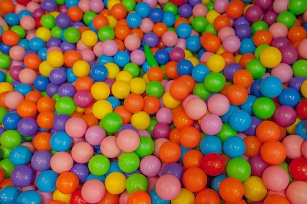 Kleurrijke kinderballen. veelkleurige plastic ballen. achtergrondstructuur van veelkleurige plastic ballen op speelplaats.