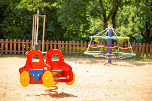 Kleurrijke kinderspeelplaatsactiviteiten in openbaar park in praag, tsjechië