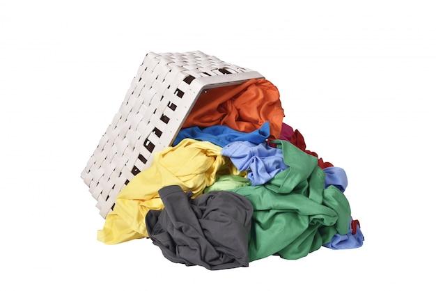 Kleurrijke kleding gemorst uit houten mand