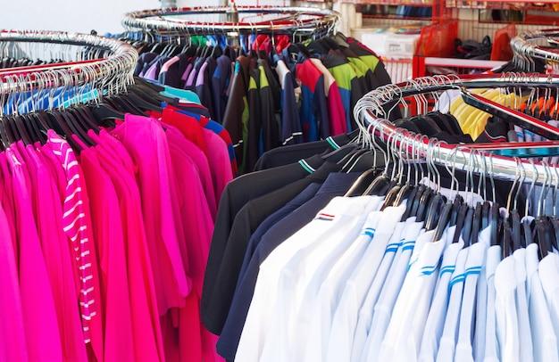 Kleurrijke kleding op kleerhangers