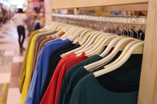 Kleurrijke kleding opknoping op de waslijn.