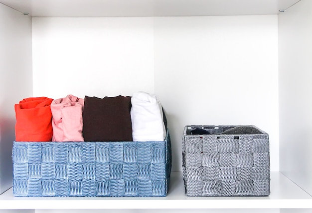 Kleurrijke kleding verticale opslag in huisgarderobe.
