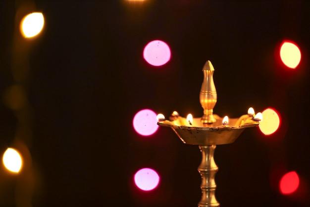 Kleurrijke klei diya lampen aangestoken tijdens diwali-viering