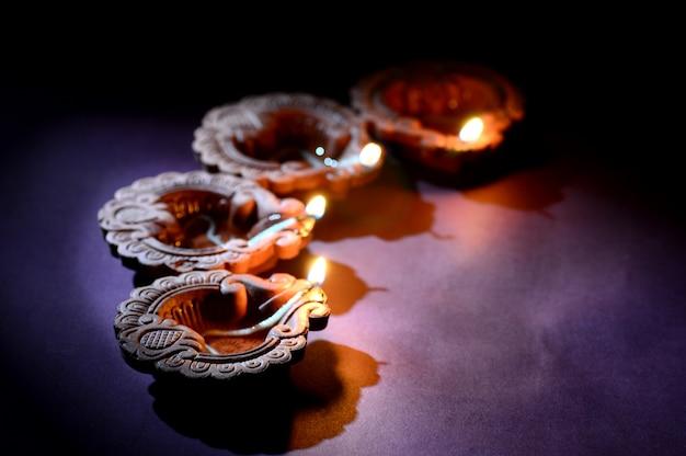 Kleurrijke klei diya (lantaarn) lampen verlicht tijdens diwali-viering. groeten card design indian hindu light festival genaamd diwali.