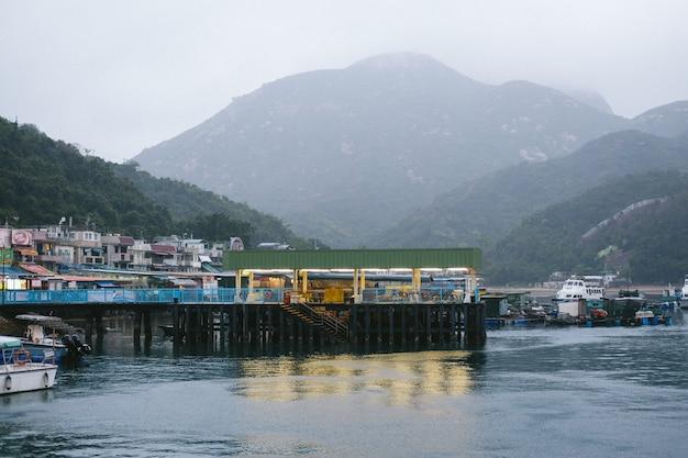 Kleurrijke kleine boten aan de kust