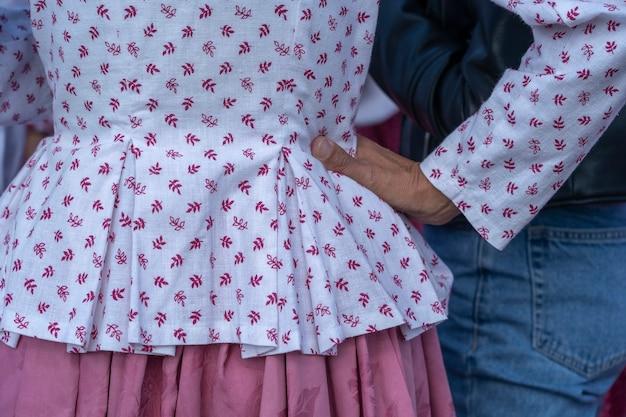 Kleurrijke kleren aan bij jonge meisjes tijdens een festival in oekraïne. detailopname
