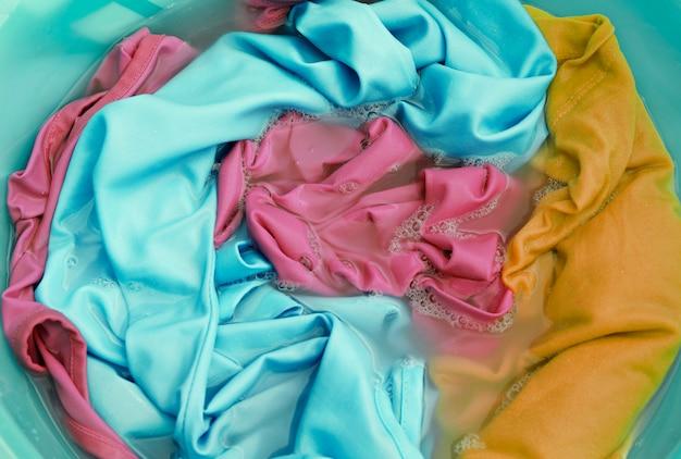 Kleurrijke kleren in een wasbasclose-up