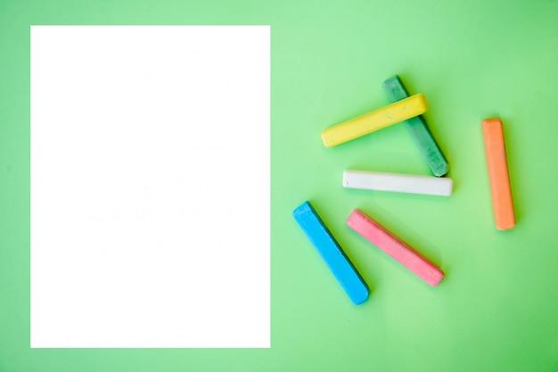 Kleurrijke kleurpotloden en een vel wit papier