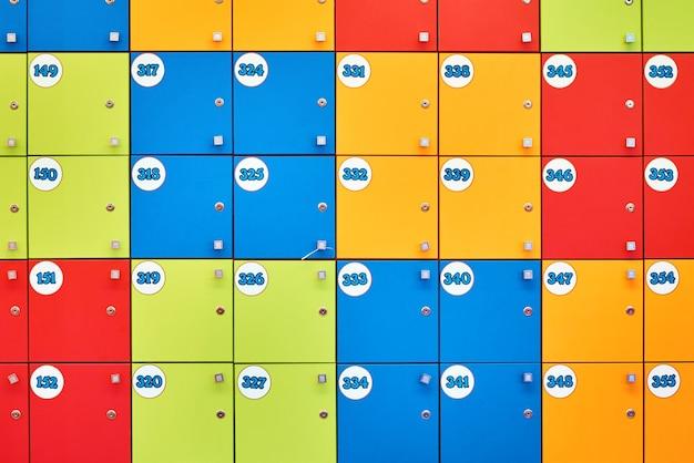 Kleurrijke kluisjes in winkelcomplex
