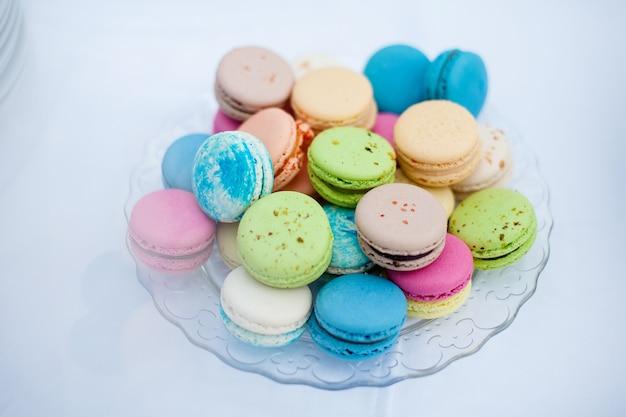 Kleurrijke koekjes franse bitterkoekjes op een witte plaat
