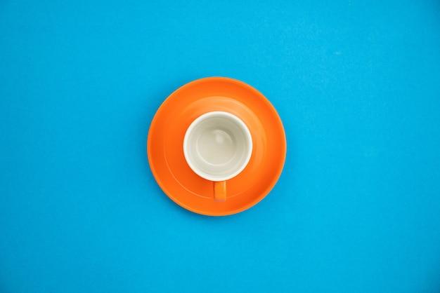 Kleurrijke koffiekop op blauwe document achtergrond